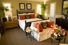 Esta habitación cuenta con paredes naturales en tonos verdes, tocador de madera sin pintar, y postes de la cama estilo bambú.