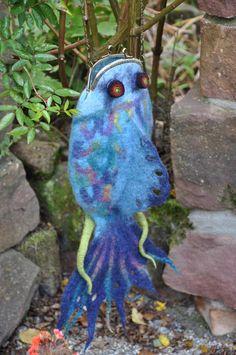 eine ganz ausgefallene Tasche, in Form eines Tintenfisches.  Wird wohl nicht lange bei mir bleiben!  Ein Unikat, dass Blicke auf sich zieht und Spass