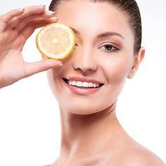 Zitronen sind ein echtes Allround-Talent! Sie sind nicht nur Power-Früchte, die uns bei Erkältungen helfen, sondern sie sind auch wahre Beauty-Bomben! So helfen die gelben Früchten bei Akne, stärken die Nägel und oder hellen unsere Zähne auf. STYLEBOOK.de hat elf Tipps, wie wir uns mit Zitronen schön pflegen.
