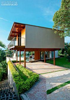 Casa em terreno inclinado ganha leveza com estrutura de madeira - Casa