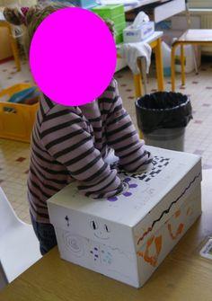 Un jeu tactile pas si facile : reconnaître le doudou caché dans la boîte à mimines en le touchant, sans le voir…