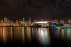 il Villaggio Olimpico di Vancouver illuminato da luci led colorate
