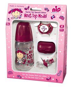 Setul Editie Limitata Next Top Model Girl, este un cadou special pentru cei mici. Acesta este foarte util si contine: biberon, suzeta ortodontica, capac pentru protectia tetinei de la suzeta, cutie pentru suzeta, lant pentru suzeta. Setul este disponibil si pe albastru, pentru baietei, si este valabil la pretul de: 54,99  RON! Comanda online! #magazinulmamicilor #limitededition #baby http://goo.gl/Fvmq2p
