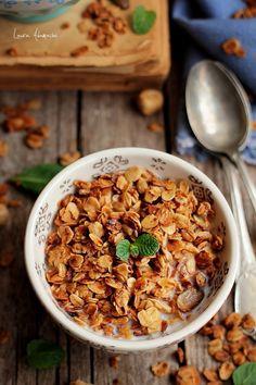 Granola cu fulgi de ovaz si fructe deshidratate.Reteta sanatoasa pentru micul dejun de granola cu cereale, pas cu pas. Healthy Options, Healthy Recipes, Healthy Sweets, Breakfast Ideas, Granola, Food Art, Grains, Gluten, Keto