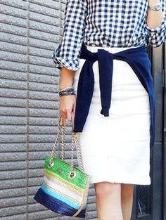 注目のギンガムチェックシャツに合わせた紺のカーデは腰巻で大人カジュアルスタイル