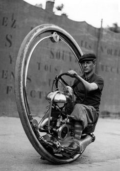 ~inspiration for Dieselpunk concepts~ Invented by M. Goventosa de Udine in the one wheeled motorcycle. Little is known about de Udine (not shown), even if he was the sole inventor. What is known is that this one wheeled motorcycle could reach speeds of Vintage Motorcycles, Cars Motorcycles, Velo Retro, Monocycle, Foto Picture, Dieselpunk, Custom Bikes, Cool Bikes, Old Photos