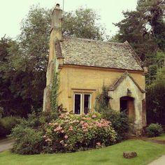 Beautiful French Cottage Garden Design Ideas 14 - All For Garden French Cottage Garden, Style Cottage, Cozy Cottage, Cottage Homes, Yellow Cottage, Cottage Gardens, Cottage Design, Brick Cottage, Witch Cottage