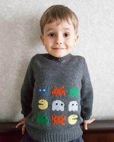 """Новый свитер для сына с вышитыми персонажами из #pacman - одной из знаковых игр 80х. Я не фанат и в принципе не геймер, но сын выбрал такой дизайн (из журнала Phildar, кстати). Где-то увидел и запомнил, и называл этого пэкмэна """"едун"""", в смысле, поедатель 😁    #o_artemenko_knits #Vladivostok #вязаниевладивосток #вязаниедетям #машинноевязание#knittingtrend#knitteddesign #knitting#владивосток #80s#вышивка#вязаныйсвитер"""