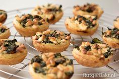 Recept: Miniquiches met spinazie en feta / Recipe: Little quiches with spinach… Quinoa Feta Recipe, Vegan Feta Cheese, Feta Cheese Recipes, Appetizer Recipes, Chives Recipes, Appetizers, Mini Quiches, Tapas, Quick Recipes