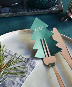 Christmas tree name cards - so cute on the fork! Christmas Mood, Noel Christmas, Christmas Crafts, Christmas Table Settings, Christmas Table Decorations, Diy Xmas, Diy Weihnachten, Scandinavian Christmas, Christmas Inspiration