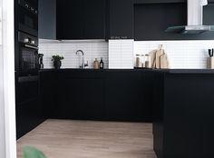 STOR GUIDE & VIDEO - Se hvordan du pusser opp kjøkkenet med kontaktplast!  Perfekt for deg som liker å bytte farger med trendene, har møbler som trenger litt kjærlighet, har lite budsjett eller leier.  www.lindasdekor.no  #lindasdekor #oppussing #inspirasjon #hjem #diy #gjørdetselv #interiør #kontaktplast #selvklebendefolie #folie #dekorplast #kjøkken #kjøkkeninspirasjon #kjøkkenoppussing #kjøkkenskap