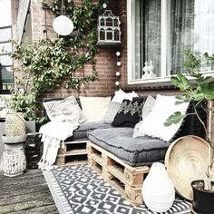 Love this for a big deck easy to bring cushions and pillows out - Balkon - Balcony Furniture Design Balcony Furniture, Pallet Furniture, Outdoor Furniture Sets, Small Balcony Decor, Small Patio, Outdoor Spaces, Outdoor Living, Outdoor Decor, Outdoor Lounge