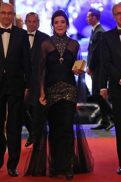 Vestidos negros y bolsos con forma de libro, las dos claves de la Princesa para las cenas más surrealistas del Principado