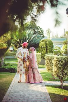 Everything You Need To Know About Your Gorgeous Wedding Makeup Bride Groom Photos, Indian Bride And Groom, Indian Wedding Planning, Wedding Planning Websites, Best Wedding Makeup, Wedding Dinner, Bride Makeup, Wedding Poses, Plan Your Wedding