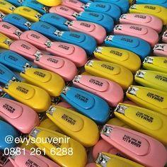 Souvenir Potong Kuku Jumbo Warna campur Ready stock  Rp. 3.000 (Termasuk sablon nama, bukan sticker dan kemasan Plastik) Size 7,5 x 3cm  Untuk Pertanyaan dimohon langsung menghub Zivie ❤️❤️ WA 0881 261 6288 LINE evysouvenir