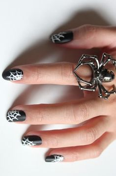 Loving this spooky nail art for Halloween!