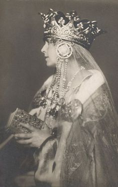 Queen Marie of Romania Gallery / Queen Marie Wearing Crown Postcard Royal Crowns, Tiaras And Crowns, Queen Mary, King Queen, Queen Mother, Antique Photos, Vintage Photographs, Vintage Photos, Headdress