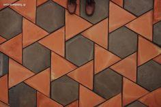 Los suelos de barroGirasolse componen con dos formatos de baldosas de barro: unhexágono regular y un triángulo equilátero sobre teselación de hexagrama regular de 20-40 cm de lado.