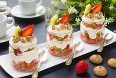 COPPA CREMA CHANTILLY CON FRUTTA Light Desserts, Summer Desserts, Breakfast Picnic, Yogurt Cake, Italian Desserts, Cafe Food, French Pastries, Creative Food, Food Design