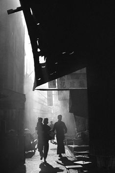 The mysterious and experimental black and white photography of photographer Fan Ho gives us a unique chance to see the long-lost cityscapes of Hong Kong in the putting its vast cultural, social and economic changes into perspective. Fan Ho, Hong Kong, Black White Photos, Black And White Photography, Tableaux Vivants, Alfred Stieglitz, Memories Photography, Man Ray, Film Director