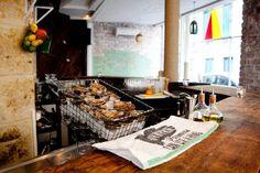 Bar à huîtres, Mary Céleste. Paris III.  Aujourd'hui, sur le blog: Découvrez les bons plans du printemps de notre chroniqueuse Bianca! http://www.etresanscomplexe.com/2013/04/17/news-lifestyle/  #bonplan