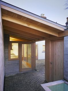 Image 4 of 13 from gallery of Laneway Wall Garden House / Donaghy & Dimond Architects. Photograph by Ros Kavanagh Space Architecture, Contemporary Architecture, Architecture Details, Dublin House, Pergola, Dark House, Concrete Houses, Patio Interior, Small Buildings