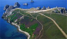 """Bretagne - Finistère (29) - La pointe de Pen-Hir   C'est la plus touristique des pointes de la presqu'île de Crozon.  """"Là, les deux ennemis sont face à face, la terre et la mer"""" écrivait Michelet."""