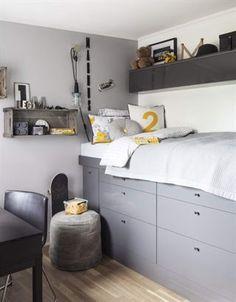 Sängen är byggd högt upp av köksunderskåp från Ikea. I lådorna finns lego som är sorterat efter färg, vilket underlättar leken.