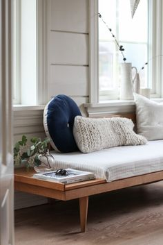 laveri Guest Room Office, Home Office, Entryway, Cottage, Couch, Windows, House Styles, Interior, Modern