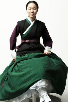 Quite simple Hanbok, Korean traditional clothes Korean Traditional Dress, Traditional Fashion, Traditional Dresses, Korean Dress, Korean Outfits, Modern Hanbok, Korean Wedding, Korean Beauty, Asian Fashion