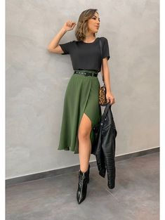 10 looks com saia longa para você se inspirar 10 looks with long skirt, . - 10 looks com saia longa para você se inspirar 10 looks with a long skirt so that you can be inspir - Mode Outfits, Fall Outfits, Summer Outfits, Sunday Outfits, Green Outfits For Women, Night Outfits, Fancy Casual Outfits, Midi Skirt Outfit Casual, Green Skirt Outfits