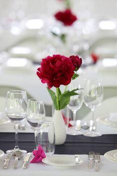 simple table decoration still exudes an elegant mood - http://www.hochzeitsportal24.de/galerien/tischdeko/einfache-tischdeko/#ixzz3Sa4yYxAS