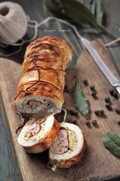 Chicken Breast Roulade with Eggs and Ham. Frango Chicken, Best Party Appetizers, Good Food, Yummy Food, Romanian Food, Dinner Entrees, Just Cakes, Perfect Food, Chicken Recipes