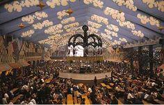 Ein typisches Zelt auf dem Oktoberfest in München.
