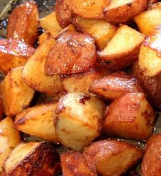 Honey Roasted Red Potatoes 1 pound red potatoes, quartered 2 tablespoons diced onion 2 tablespoons butter, melted earth balance 1 tablespoon honey 1 teaspoon dry mustard 1 pinch salt 1 pinch ground black pepper 375 degrees for about 35 minutes Red Potato Recipes, Potato Dishes, Food Dishes, Side Dishes, I Love Food, Good Food, Yummy Food, Fun Food, Tasty