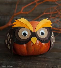 Oh my, this is so cute! from My Owl Barn Layered Felt Masks For Your Halloween Pumpkins. This is a fun Walkabout Spooky Halloween Edition project. Diy Halloween, Maske Halloween, Adornos Halloween, Halloween Masks, Holidays Halloween, Halloween Pumpkins, Halloween Decorations, Owl Decorations, Owls Decor