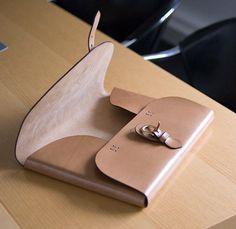 Portfolio A4 fait d'une seule pièce de cuir naturel pliée, fermeture à boucle lyre Poursin