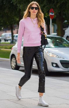 Street style look com moletom rosa e calça de verniz.