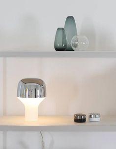 Dit compacte tafellampje van het Duitse label TEO is ideaal als sfeerlicht op de kast, op je nachttafel of in de kinderkamer. De vorm valt te omschrijven als ee