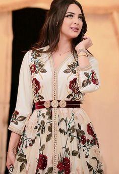 ليلى العمراوي Morrocan Fashion, Morrocan Dress, Moroccan Caftan, Oriental Fashion, Hijab Style Dress, Kaftan Style, Caftan Dress, Traditional Fashion, Traditional Dresses