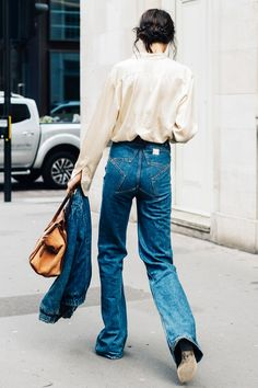 Our street style photographer captures the most stylish attendees at London Fashion Week 2016 Street Style Outfits, Street Style 2016, Denim On Denim, Denim Flares, Denim Style, I Look To You, Jeans Trend, Outfit Online, Chica Cool