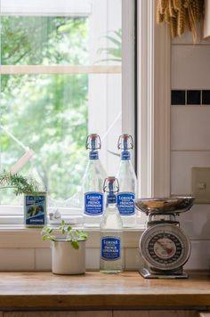 細部まで絵になるディスプレイは、美保さんの担当。空き缶を再利用するなど高価なものは少なく、普段使いのものが多い。