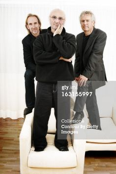Genesis Group On Tour. Attitude de Mike RUTHERFORD, Phil COLLINS et Tony BANKS (de gauche à droite) debout sur des fauteuils blancs posant à l'hôtel Movenpick de GENEVE dans le cadre de leur tournée 'Turn it on again'.. (Photo by Kasia Wandycz/Paris Match via Getty Images) 22 Nov 2006