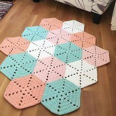 """1,676 likerklikk, 37 kommentarer – 💮rose oliveira (@roseoliveira_tartes) på Instagram: """"Outro lindo 💞😍 Inspiração from @hobidikdunyam #rugs #tapete #crochet"""""""