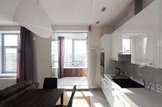 Кухня с выходом на балкон и стеклянной дверью