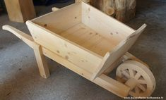 Wooden Wheelbarrow, Wooden Wagon, Wooden Projects, Wood Crafts, Bois Diy, Scroll Saw Patterns, Pallet Art, Diy Planters, Wishing Well