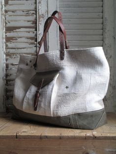 white and olive canvas bag with leather handles Minimalist Bag, Handmade Purses, Linen Bag, Patchwork Bags, Fabric Bags, Cloth Bags, Handbag Accessories, Bag Making, Fashion Bags