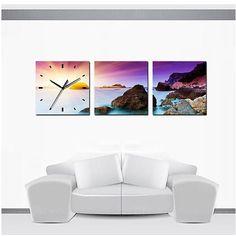 Canvas Wandklok Ondergaande Zon in Zee - Een prachtig 3Luik Schilderij met daarop een geïntegreerde klok geplaatst. Elk schilderijen heeft een afmeting van 30x30x2,5 cm (bxhxd) en is voorzien van een ophanghaak. #wandklok #wanddecoratie