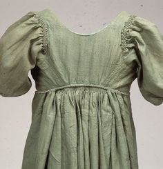 Detail of common woman's wool dress, Danish, early 19th century. Nationalmuseum, Copenhagen, nr. W23b.   The whole dress can be seen here: http://natmus.dk/historisk-viden/temaer/modens-historie/1790-1840/groen-chemisekjole/