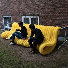 Guerilla Seating em Hamburgo por Oliver Schau  / Criação de novos assentos que possam ser facilmente acedidos pela população através de uma utilização direta dos objetos em redor. 1/2